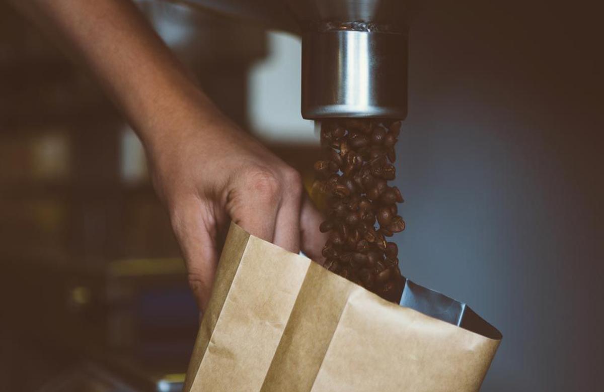 מילוי פולי קפה בשקית