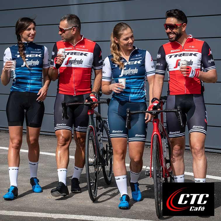 רוכבי אופניים שותים קפה