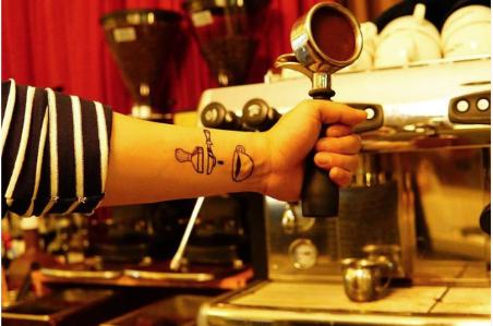 10 רעיונות למיני קעקועים מדליקים למכורים לקפה